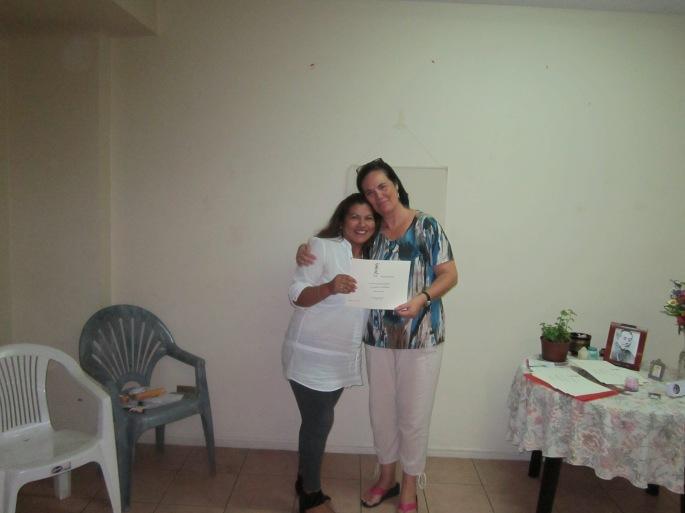 Sandra con su certificado de 1° nivel Reiki Usui