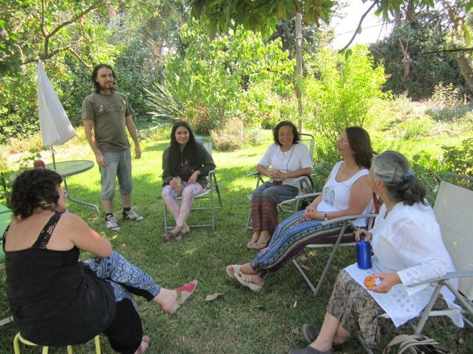 Carolina Allende, Ignacio Valenzuela, Kamille Briones dando la bienvenida a personas que recibirán Terapias